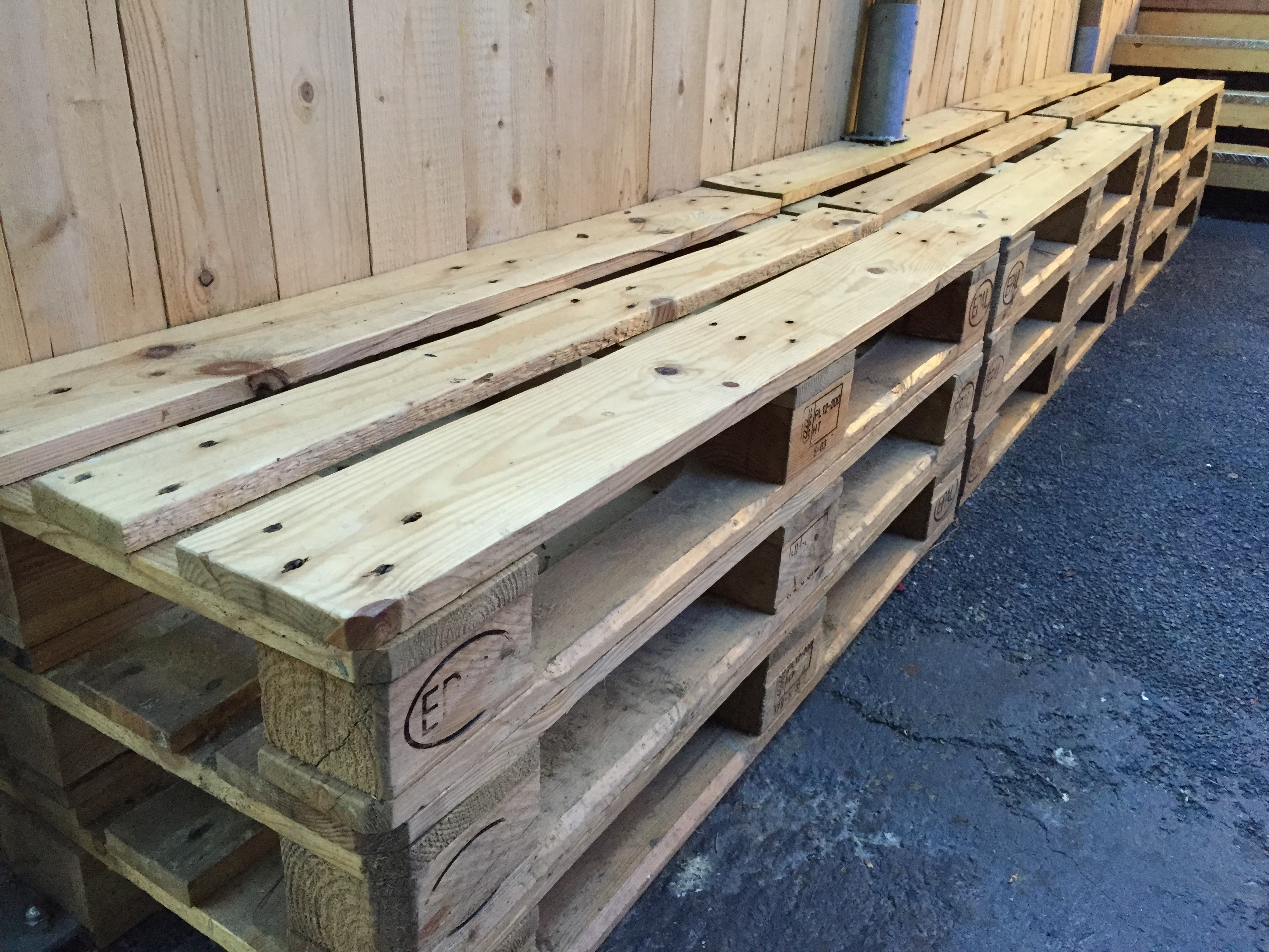 Pallet in abete per arredamento orto urbano for Panca pallets