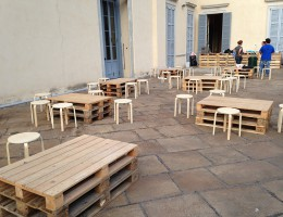 Una sagra di paese si organizza in lampo con tavoli in bancale.