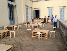 Tavolini da bar con bancali e sgabelli.