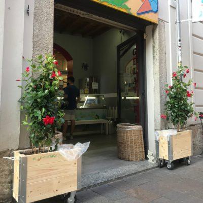 Allestimento esterni negozi con Ortourbano